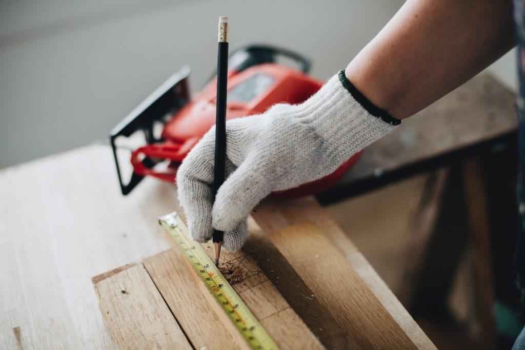 mesure gant en laine crayon de papier bois scieuse