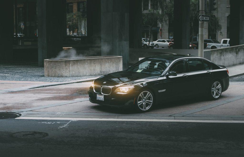 voiture noire feux allumés ville