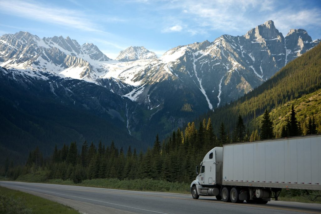 camion de livraison montagnes forêt ciel bleu