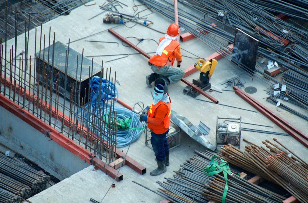employés chantier ferrailles béton