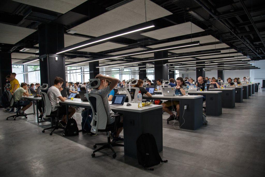 bureaux modernes ordinateurs employés nombreux