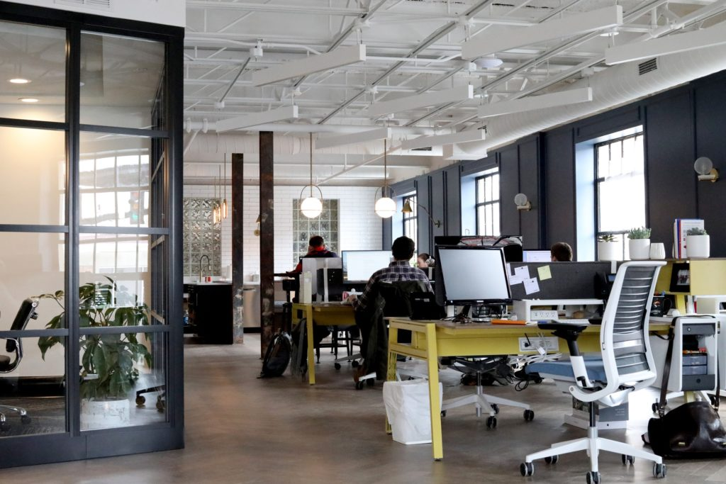 bureaux travail employés ordinateurs