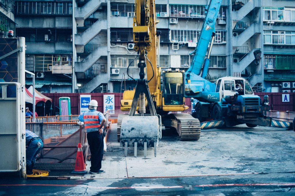 construction immeubles ouvriers engins machines
